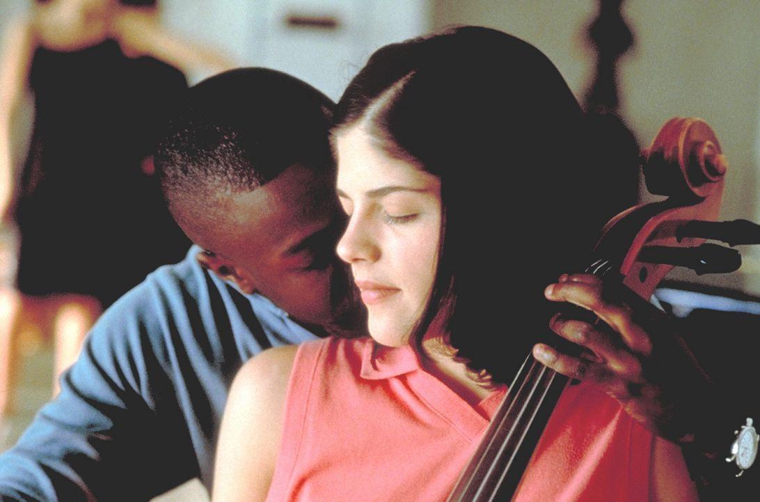 Cecile (Selma Blair, r.) schenkt ihr Herz ihrem Cello-Lehrer Ronald Clifford (Sean Patrick Thomas, l.). Dies entspricht jedoch keineswegs Kathryns m... - Bildquelle: Kinowelt Filmverleih GmbH 1998