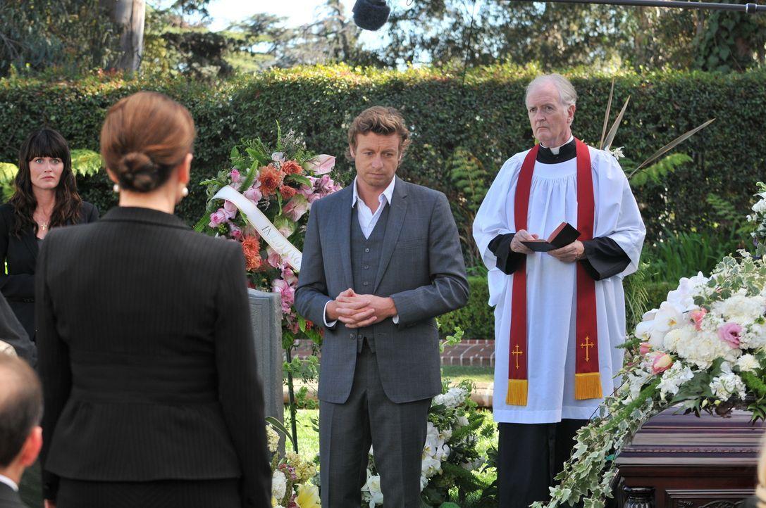 Versuchen, einen Mord aufzudecken: Patrick (Simon Baker, 2.v.r.) und Teresa (Robin Tunney, l.) ... - Bildquelle: Warner Bros. Television