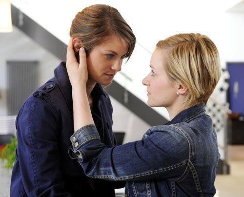 Obwohl Emma und Jenny glücklich darüber sind einander wieder zu haben, ärgert es sie, dass Ronnie ungeschoren davon kommt ... - Bildquelle: Christoph Assmann - Sat1