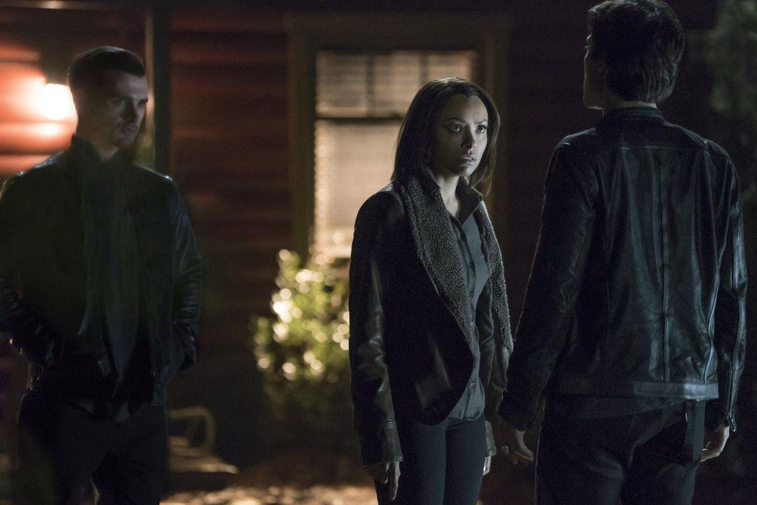 Während Enzo (Michael Malarkey, l.) erkennen muss, dass er Bonnie (Kar Graham, M.) nicht mehr helfen kann, macht Damon (Ian Somerhalder, r.) einen D... - Bildquelle: Warner Bros. Entertainment, Inc.