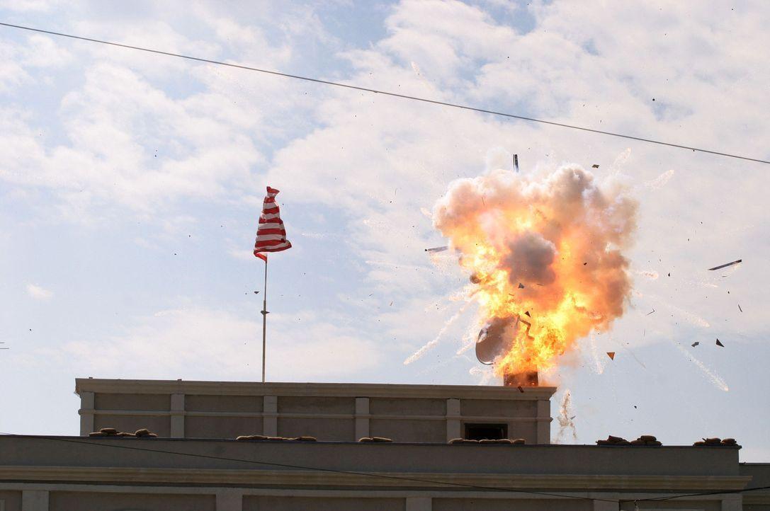 Als das Land Moldawien am Rande eines Bürgerkriegs steht, gerät auch die amerikanische Botschaft unter Beschuss. Der amerikanische Botschafter wird... - Bildquelle: 2005 Micro Fusion 2004-15 LLP. All rights reserved.