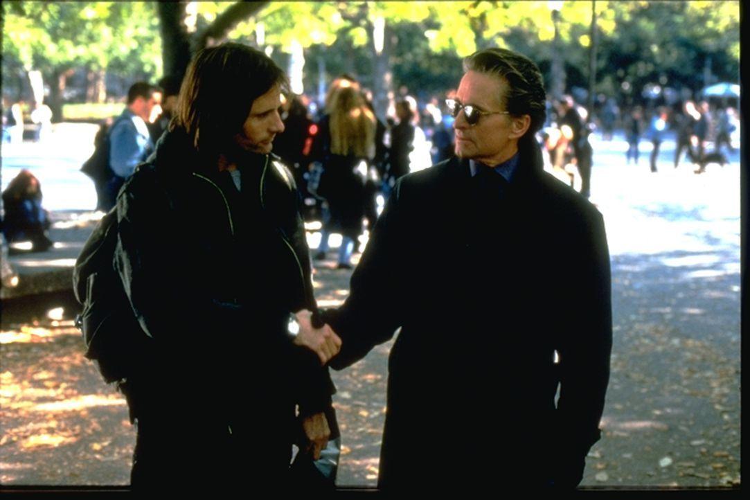 Ehemann (Michael Douglas, r.) und Geliebter (Viggo Mortensen, l.) schmieden einen mörderischen Plan ... - Bildquelle: Warner Brothers International Television Distribution Inc.