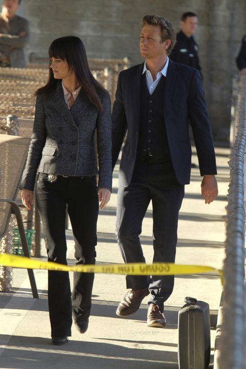 Als auf einem Golfplatz ein Arzt tot aufgefunden wird, sind Patrick (Simon Baker, r.) und Teresa (Robin Tunney, l.) gefragt, um den Mörder zu finden... - Bildquelle: Warner Bros. Television