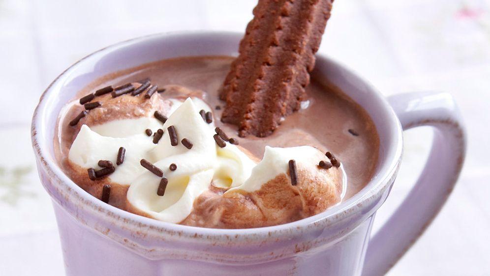 Dunkles Spritzgebäck und heiße Schokolade mit Kardamom - Bildquelle: Photocuisine