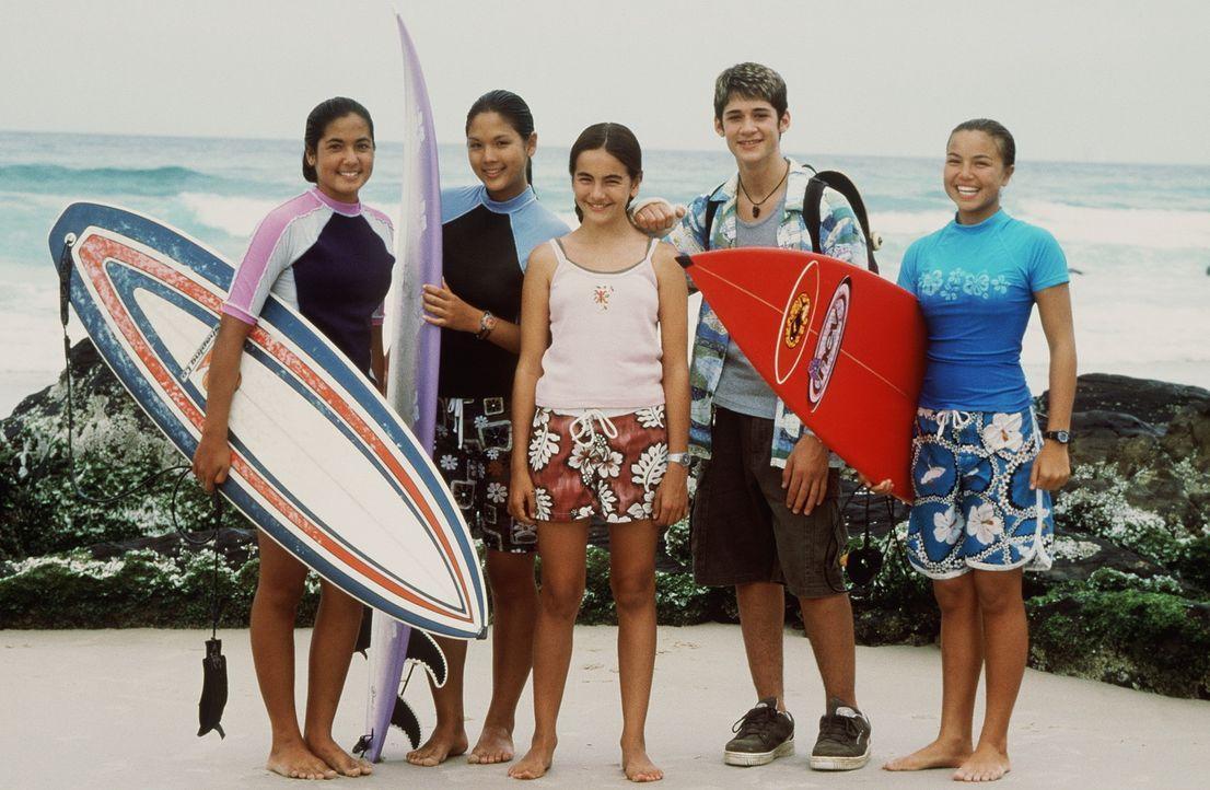 Bereits nach kurzer Zeit gelingt es Sydney (Camilla Belle, 3.v.l.), Freundschaft mit der Surferclique, (v.l.n.r.) Mele (Meleana White), Gia (Stacie... - Bildquelle: WALT DISNEY COMPANY