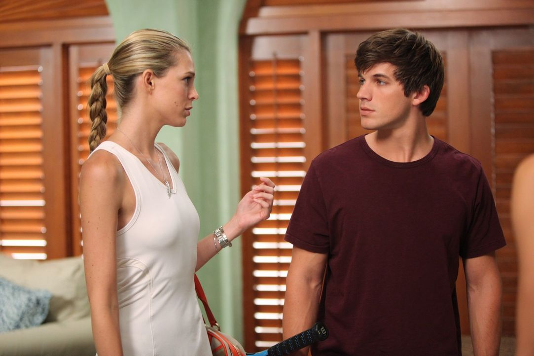 """Hm, dir vertrauen? Soll das'n Witz sein? Was weißt du schon über Vertrauen, hä?"", patzt Jen (Sara Foster, l.) Liam (Matt Lanter, r.) an. - Bildquelle: TM &   CBS Studios Inc. All Rights Reserved"