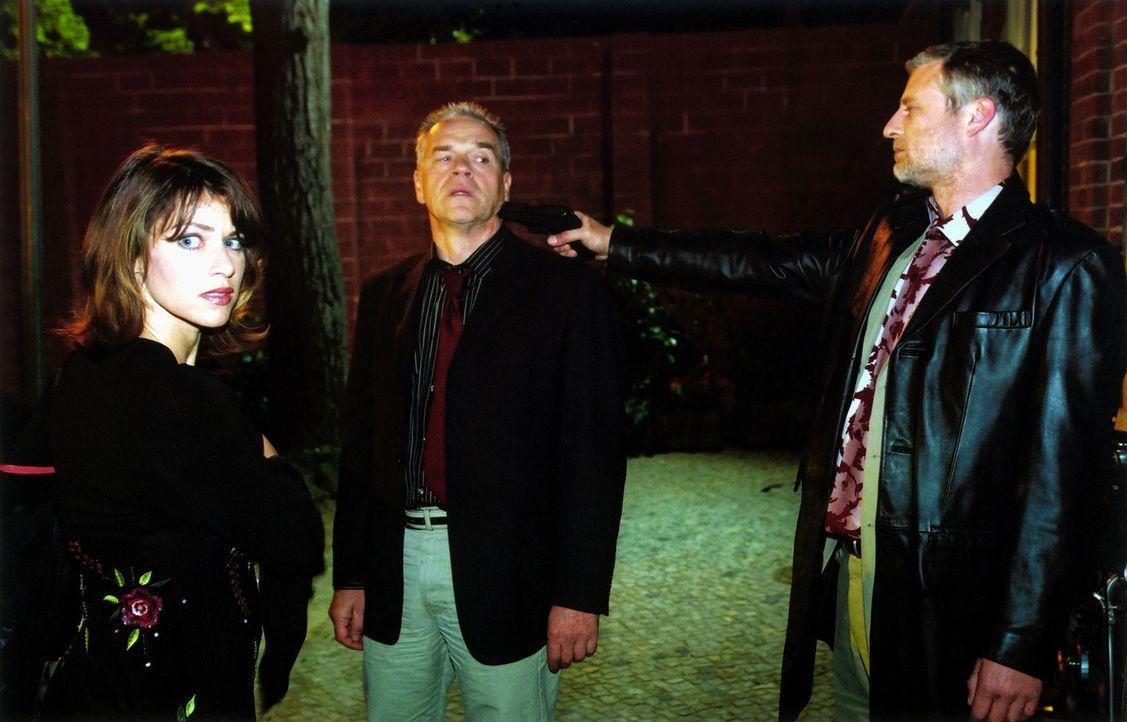 Kommissar Wolff (Jürgen Heinrich, M.) ist Paul Golding (Filip Peeters, r.) und Jolanda (Ellen ten Damme, l.) in die Falle gegangen. - Bildquelle: Claudius Pflug Sat.1