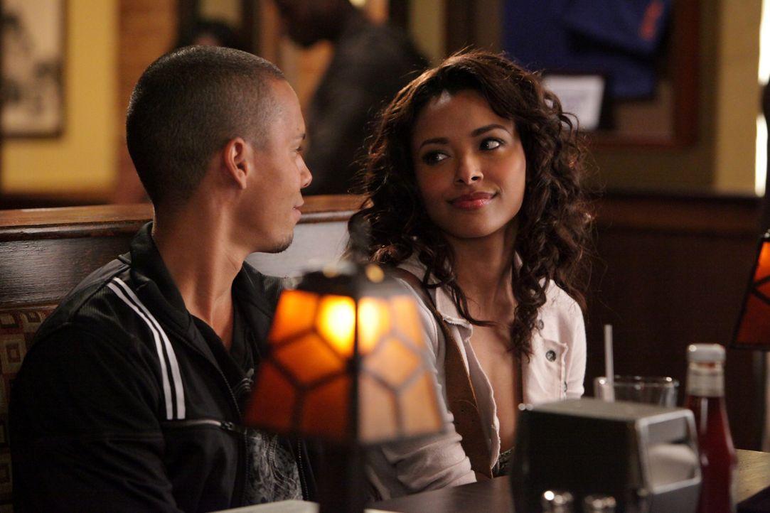 Bonnie (Katerina Graham, r.) stellt verwundert fest, dass auch Luka (Bryton James, l.) und sein Vater ein magisches Geheimnis haben ... - Bildquelle: Warner Brothers