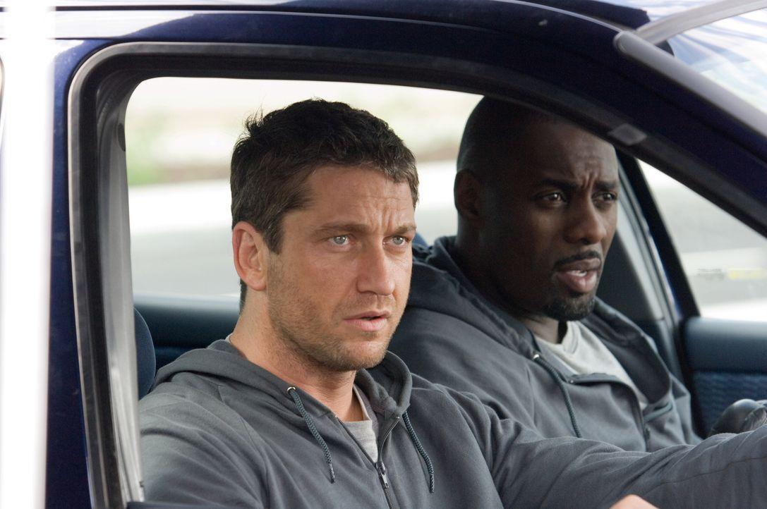 Ahnen nicht, dass dieser Überfall eine Reihe von schwer wiegenden Konsequenzen mit sich zieht: One Two (Gerald Butler, l.) und Mumbles (Idris Elba,r... - Bildquelle: Warner Bros.
