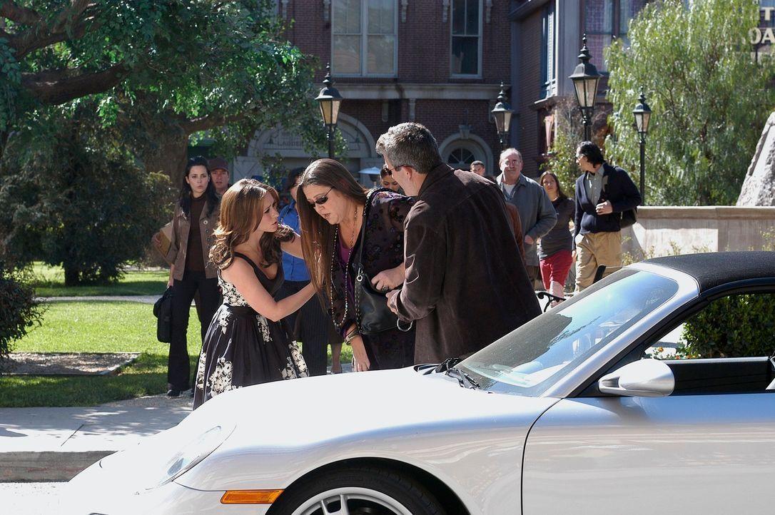 Melinda Gordon (Jennifer Love Hewitt, l.) macht sich große Sorgen um ihre Freundin Delia Banks (Camryn Manheim, 2.v.l.). Ist an ihren Visionen doch... - Bildquelle: ABC Studios