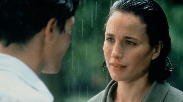 Als Charles (Hugh Grant, l.) erfährt, dass Carrie (Andie MacDowell, r.) sich...