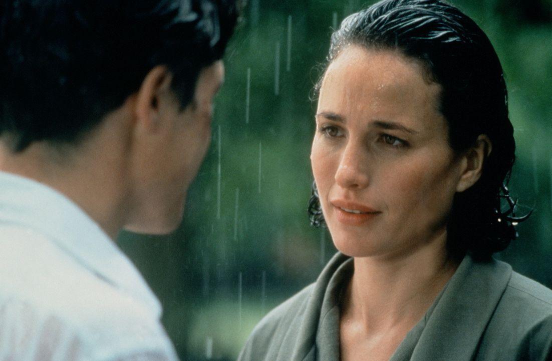 Als Charles (Hugh Grant, l.) erfährt, dass Carrie (Andie MacDowell, r.) sich inzwischen von ihrem Ehemann getrennt hat, wird er sich endlich seiner... - Bildquelle: Gramercy Pictures