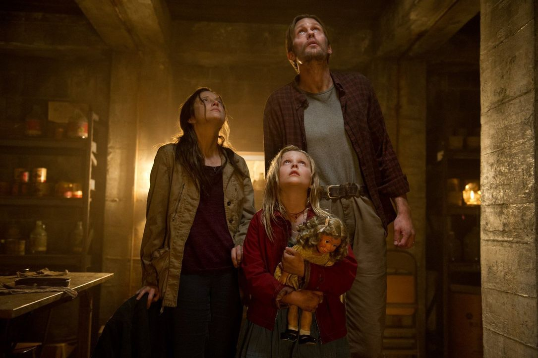 Ray (Alexander Skarsgård, r.) und Claire (Andrea Riseborough, l.) haben sich mit ihrer Tochter Zoe (Emily Alyn Lind, M.) unter der Erde verschanzt,... - Bildquelle: 2015 Warner Bros.
