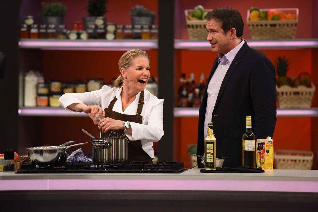 Alexander Herrmann (r.) lässt Cornelia Poletto (l.) gegen einen Hobbykoch antreten, der die zu kochenden Gerichte und die dazugehörigen Rezepte ganz... - Bildquelle: Willi Weber SAT.1