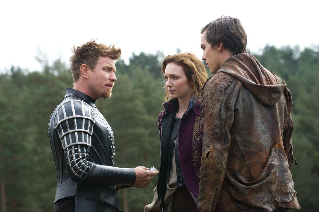 Jack (Nicholas Hoult, r.) und Elmont (Ewan McGregor, l.) haben ihr erstes Ziel erreicht: Prinzessin Isabelle (Eleanor Tomlinson, M.) ist wieder frei... - Bildquelle: Warner Brothers