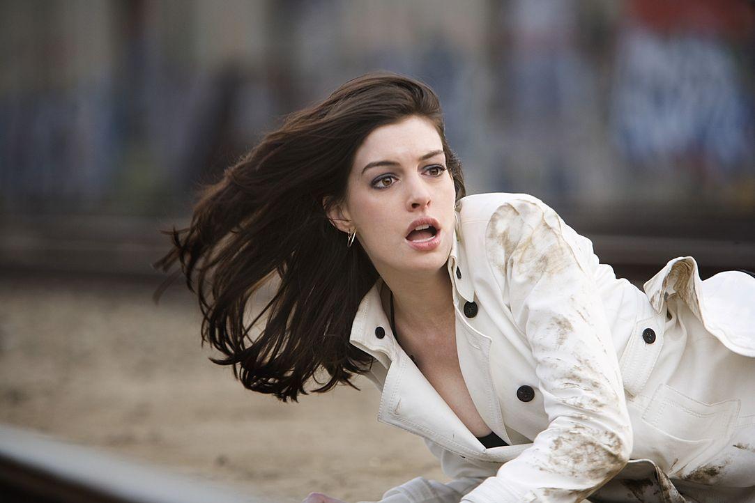 Während die überaus attraktive, aber auch äußerst schlaue Agentin 99 (Anne Hathaway) sich selbst retten muss, gelingt es Smart, bis zum strategi... - Bildquelle: Warner Brothers