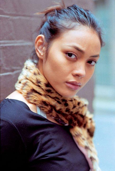 Als Pla (Bongkoj Khongmalai) zufällig einen Mord beobachtet, aktiviert sie prompt ihre Videokamera und nimmt die Tat auf ... - Bildquelle: e-m-s the DVD-Company