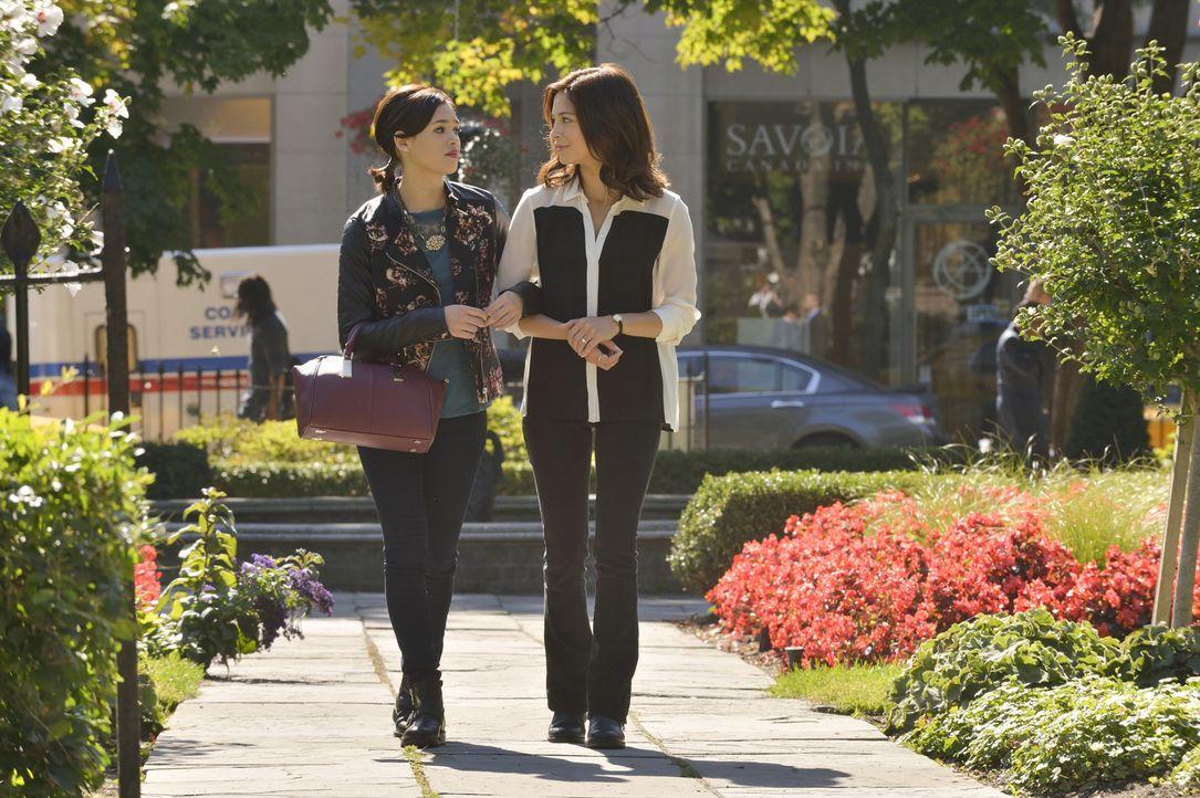 Während Heather (Nicole Gale Anderson, l.) mit den Hochzeitsvorbereitungen beschäftigt ist, sorgt sich Catherine (Kristin Kreuk, r.) vorrangig um da... - Bildquelle: Ben Mark Holzberg 2015 The CW Network, LLC. All rights reserved.