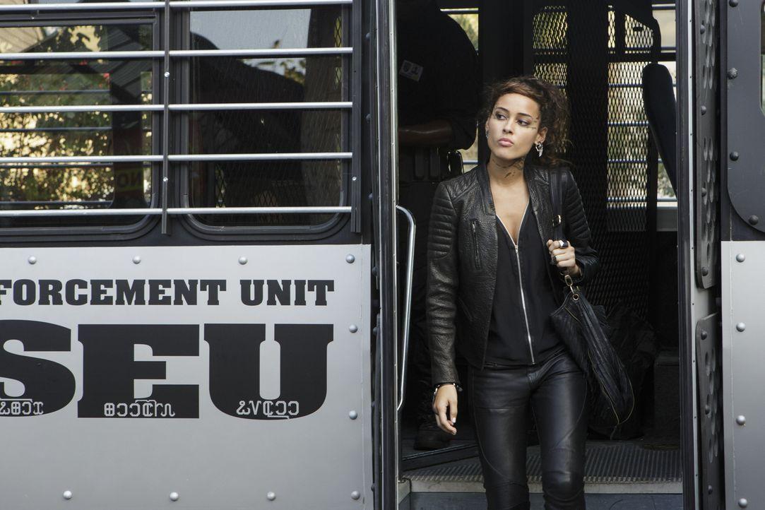 Als Drake sich von der hübschen Taylor ablenken lässt, will Teri (Chelsea Gilligan) die Verantwortung für seine Mission übernehmen ... - Bildquelle: 2014 The CW Network, LLC. All rights reserved.