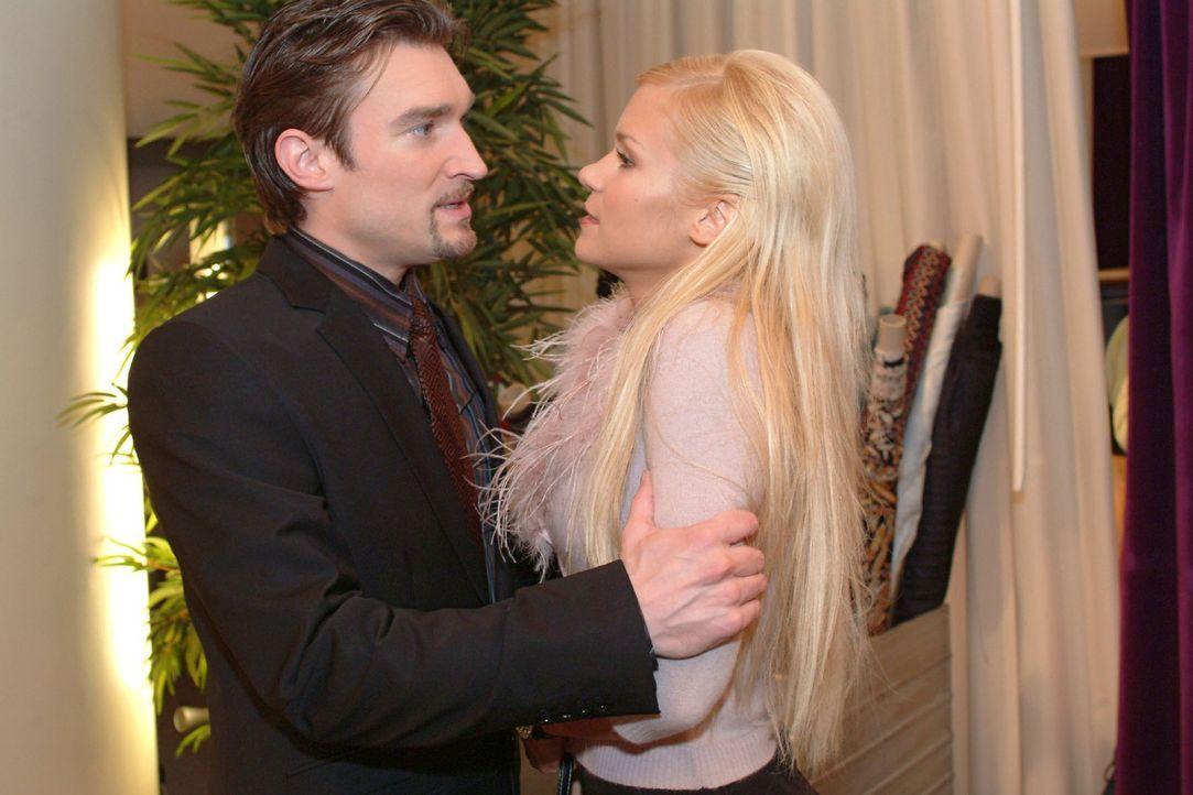 Sabrina (Nina-Friederike Gnädig, r.) träumt schon von der Hochzeit. Doch Richard (Karim Köster, l.) macht ihr unmissverständlich klar, was er davon hält.