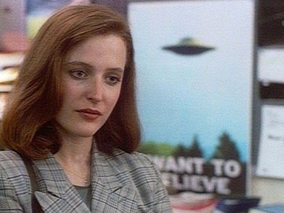 Die FBI-Agentin Dana Scully (Gillian Anderson) glaubt als Wissenschaftlerin nicht an die Existenz von UFOs. - Bildquelle: TM +   Twentieth Century Fox Film Corporation. All Rights Reserved.