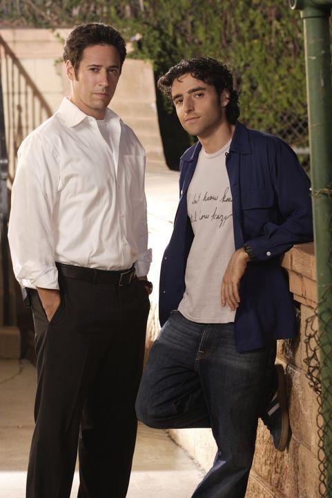 (1. Staffel) - Gemeinsam lösen die Brüder Don (Rob Morrow, l.) und Charlie (David Krumholtz, r.) Fälle des FBI's - allerdings hochgradig wissenschaf... - Bildquelle: Paramount Network Television