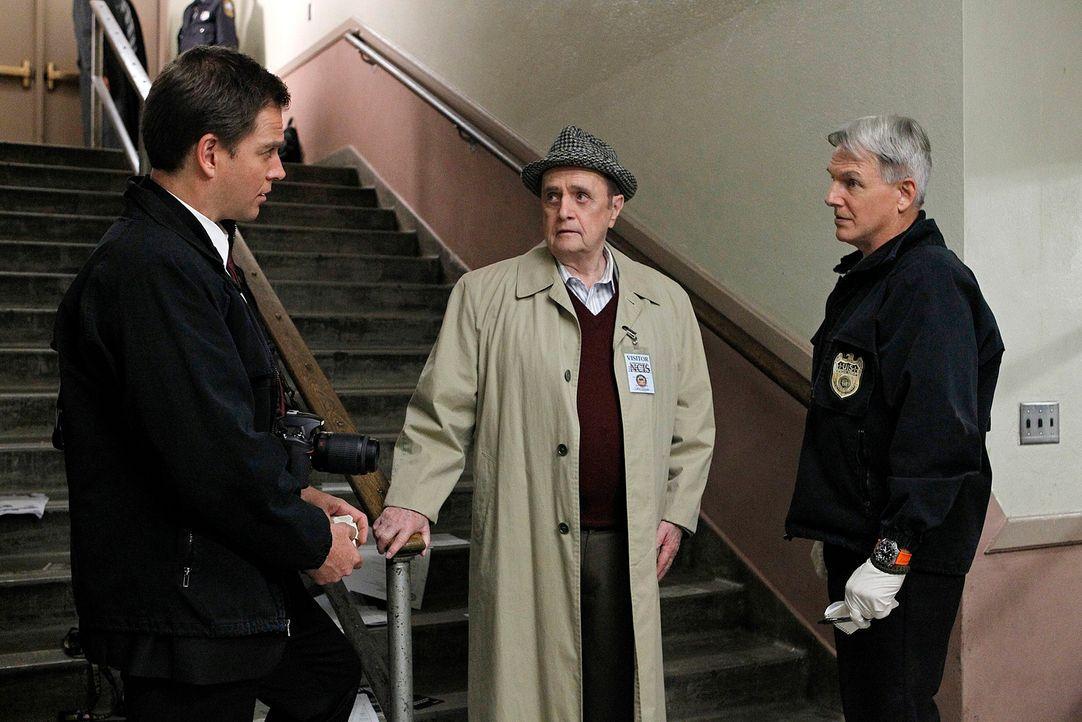 Petty Officer Simon Craig wird in einer Highschool ermordet. Während Gibbs (Mark Harmon, r.) und DiNozzo (Michael Weatherly, l.) mit den Ermittlunge... - Bildquelle: CBS Television