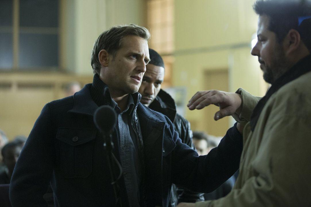 Jake (Josh Lucas, l.) und Laura verdächtigen den Männerrechtler Kurt (Greg Grunberg, r.), in den Mord eines berühmten Sportchirurgen verwickelt zu s... - Bildquelle: 2015 Warner Bros. Entertainment, Inc.