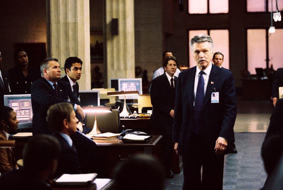 Admiral McKee (Tom Skerritt, r.) kann nicht glauben, dass sich mitten unter seinen Leuten ein Verräter befindet ... - Bildquelle: TM &   2006 CBS Studios Inc. All Rights Reserved.