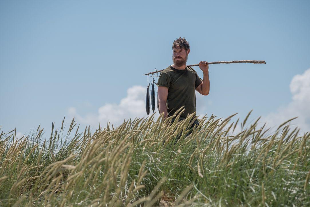 Ist auf einer einsamen Insel gestrandet und noch am Leben. Doch wird Robert (Max Brown) jemals zurück an den Palast kommen? - Bildquelle: Jim Marks 2016 E! Entertainment Television, LLC