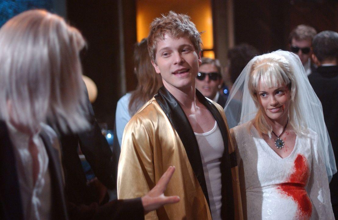 Mit Whitney (Rachel Specter, r.) taucht Logan (Matt Czuchry, l.) auf einer Kostümparty auf, eine Sache, die Rory ganz schön missfällt. Offene Bezieh... - Bildquelle: 2004 Warner Bros.