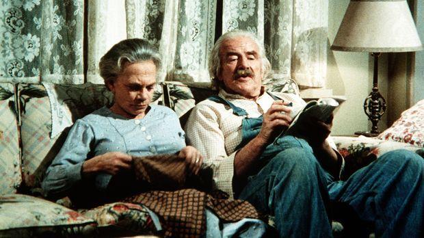 Noch sitzen Sam (Will Geer, r.) und Ester Walton (Ellen Corby, l.) ganz fried...