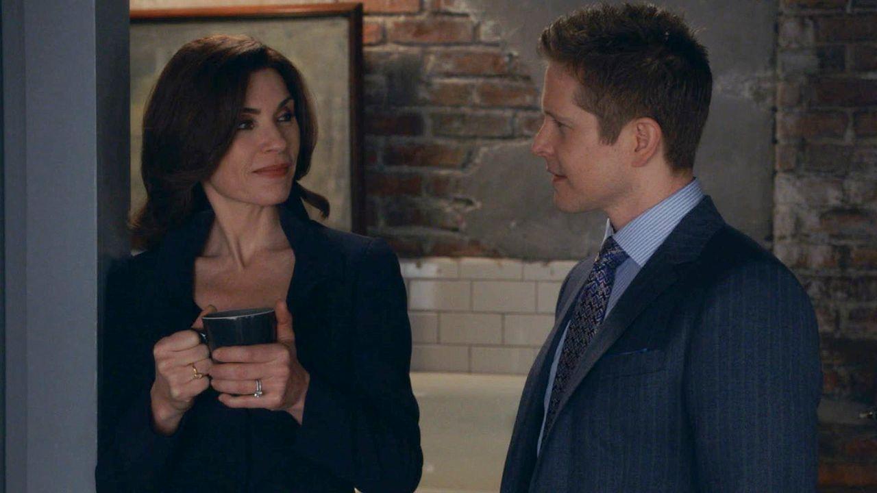 Als Agent Dubeck ihr ein interessantes Angebot macht, nimmt Alicia (Julianna Margulies, l.) Cary (Matt Czuchry, r.) als Anwalt ... - Bildquelle: 2014 CBS Broadcasting, Inc. All Rights Reserved