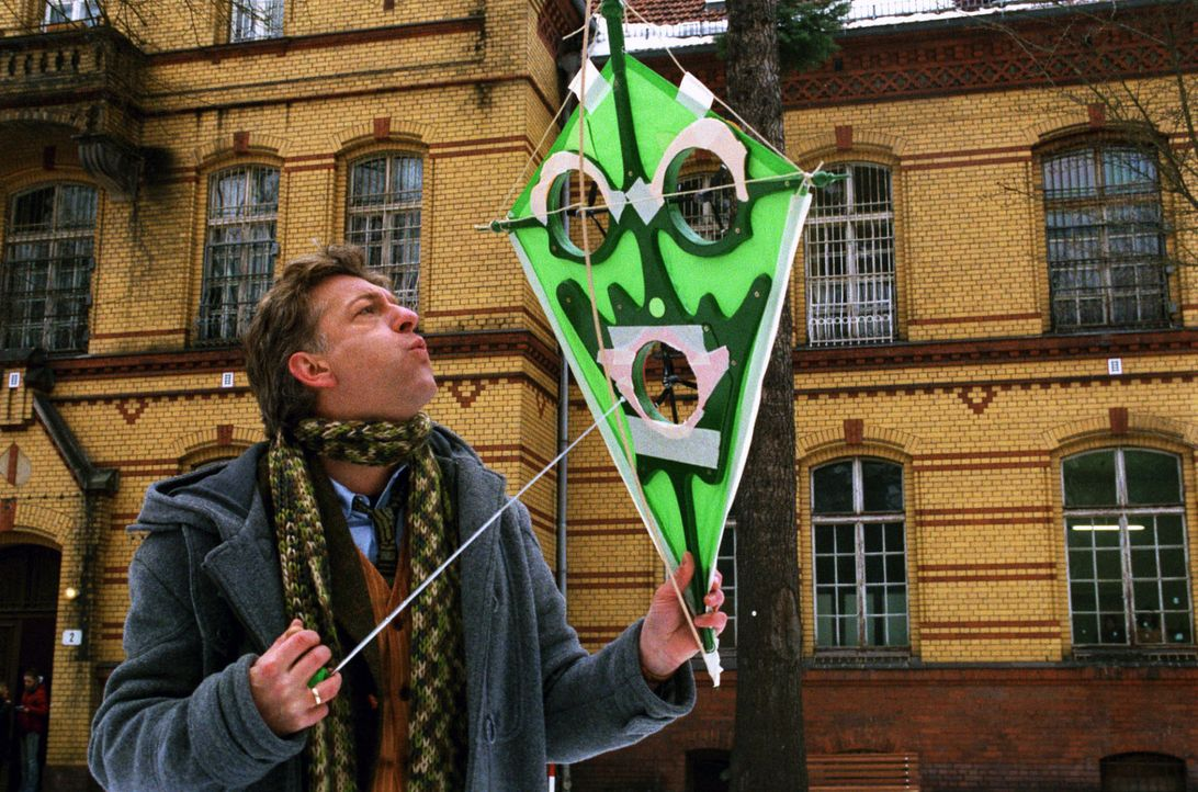 Während seines Aufenthalts in der psychiatrischen Klinik entwickelt Max (Dominic Raacke) einen Drachen, der auch bei Windstille von einem festen St... - Bildquelle: Volker Roloff Sat.1