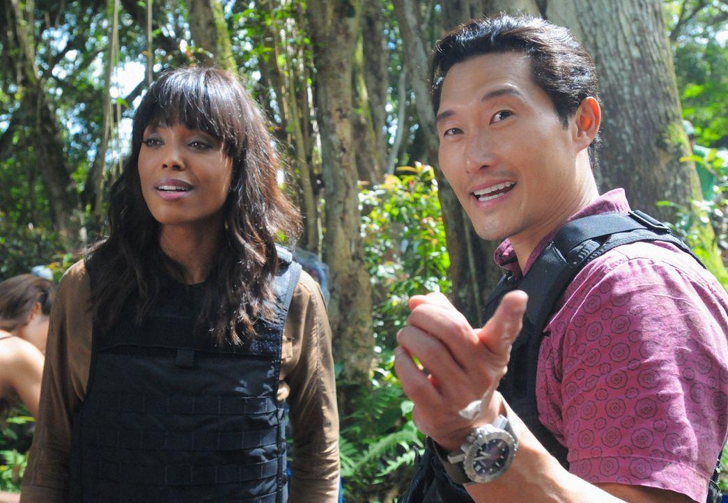 Talkshowmoderatorin Savannah Walker (Aisha Tyler, l.) und ihre Crew begleiten einen Tag lang Chin (Daniel Dae Kim, r.) und das restliche Team bei ih... - Bildquelle: 2013 CBS Broadcasting, Inc. All Rights Reserved.