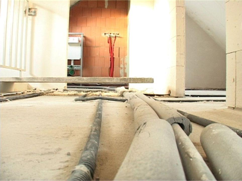 Das hatten sich die Bauherren nicht gedacht: Zum Einzugstermin ist noch nichts fertig und die Bauarbeiten sind schlampig ausgeführt. Einen Estrichf... - Bildquelle: Sat.1