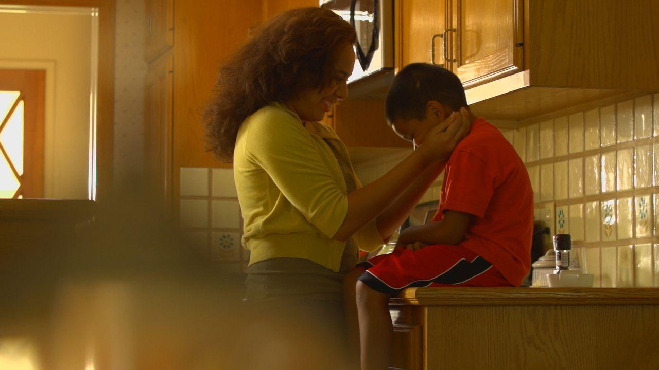 Im Juni 1993 wird die zweifache Mutter Norma Rodriguez (Juliana Acosta , l.) aus Kalifornien in ihrem Haus erwürgt. Wurde sie von ihrem entfremdeten... - Bildquelle: LMNO Cable Group