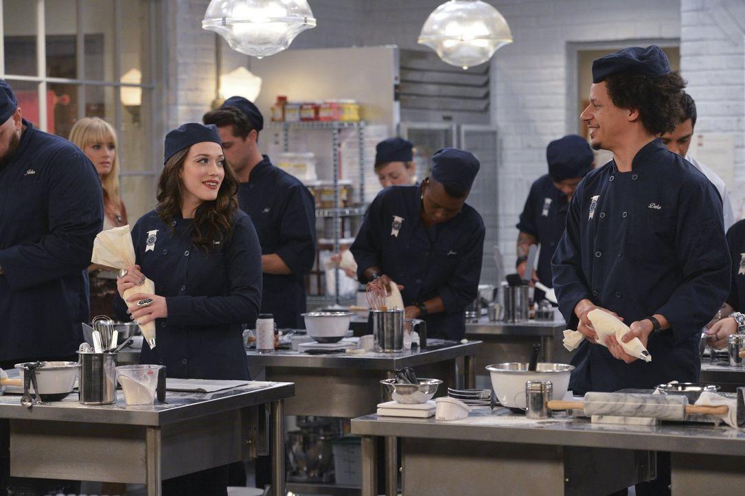 An ihrem ersten Tag in der Pastry School lässt sich Max (Kat Dennings, l.) immer wieder vom Klassenclown Deke (Eric Andre, r.) ablenken. Nicht gerad... - Bildquelle: Warner Bros. Television