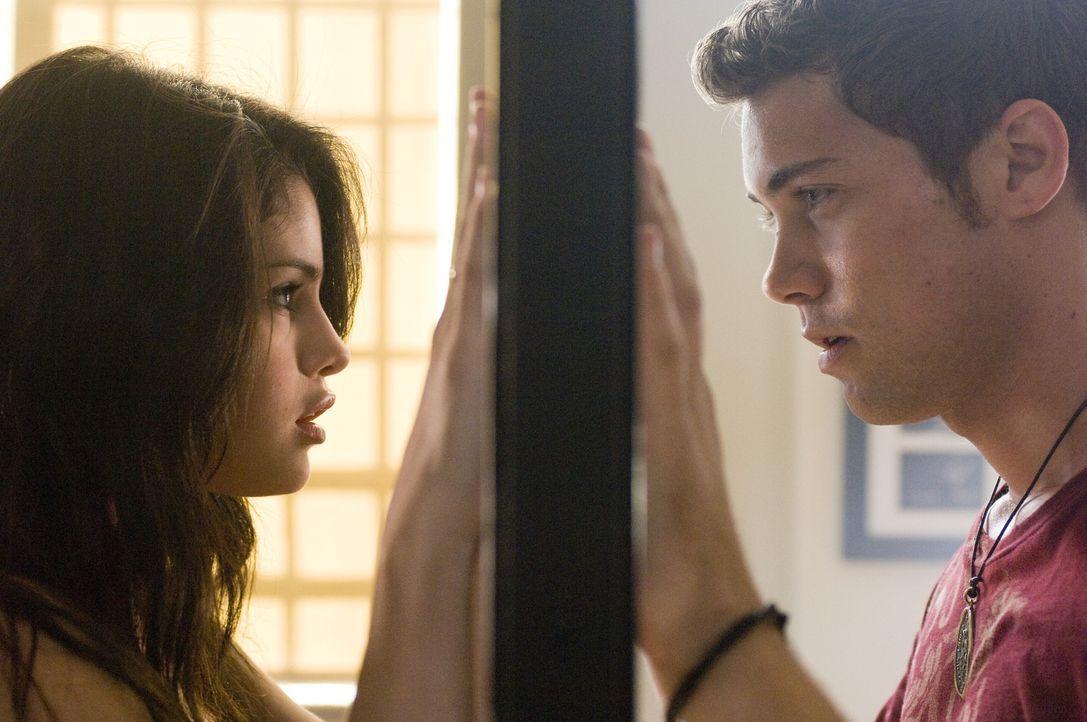 Obwohl Joey (Drew Seeley, r.) überall nach dem wunderbaren Mädchen vom Maskenball sucht, erkennt er nicht, dass dieses täglich bei ihm in der Kla... - Bildquelle: Warner Brothers