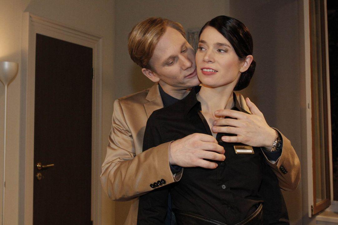 Während Manu versucht, Mark vor Philips (Phillipp Romann, r.) neuer Intrige zu warnen, vergnügt sich dieser mit Gina (Elisabeth Sutterlüty, r.) ... - Bildquelle: SAT.1