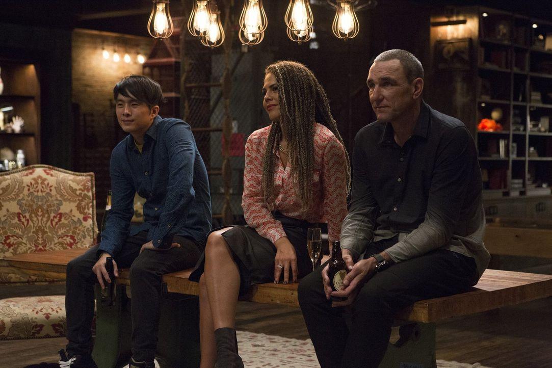 Für Cameron Blacks Team Jordan (Justin Chon, l.), Dina (Lenora Crichlow, M.) und Gunter (Vinnie Jones, r.) gibt es keinen noch so gerissenen Krimine... - Bildquelle: Warner Bros.