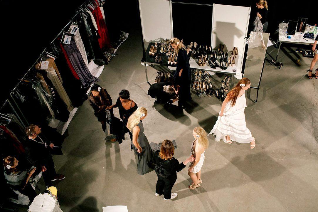 GNTM-Stf11-Epi01-erste-fashion-show-30-ProSieben-Hobmaier - Bildquelle: ProSieben/Stefan Hobmaier