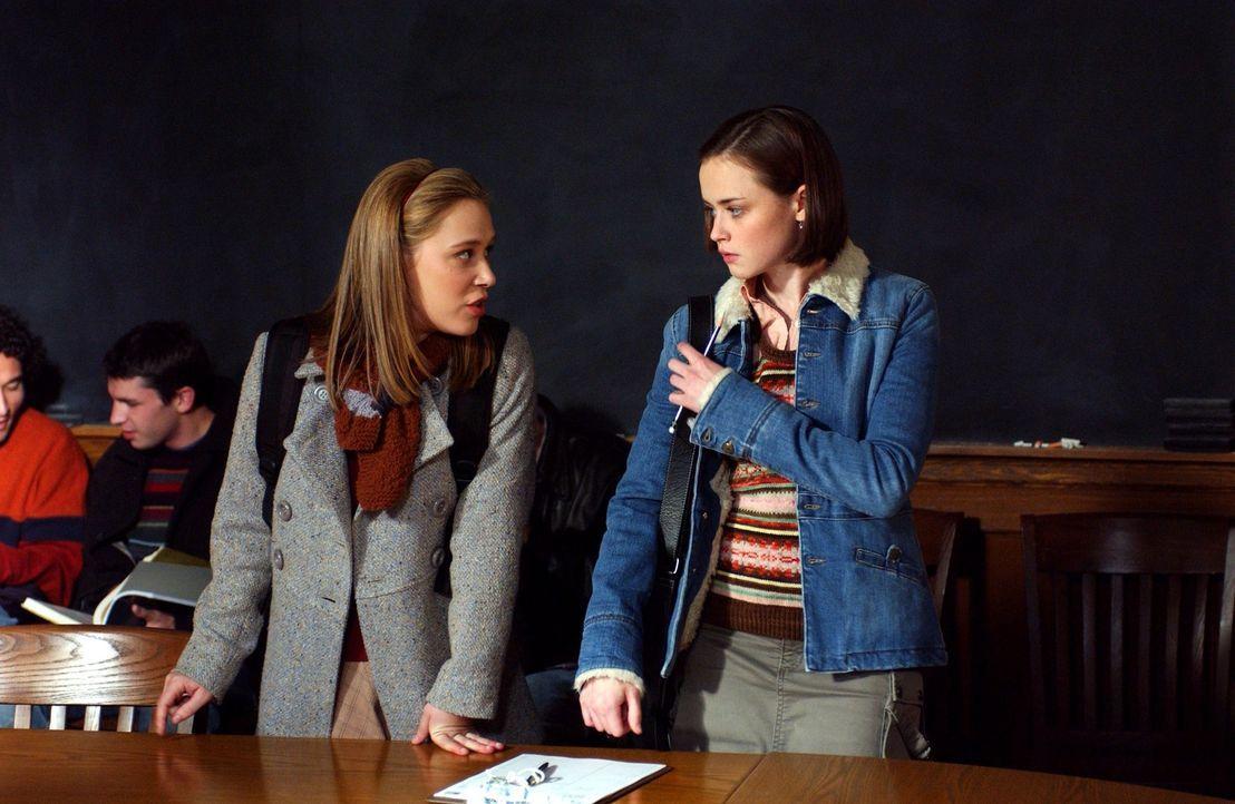 Während Paris (Liza Weil, l.) und Rory (Alexis Bledel, r.) in Yale sind, passieren in Stars Hollow einige spannende Dinge und möglicherweise alles v... - Bildquelle: 2003 Warner Bros.