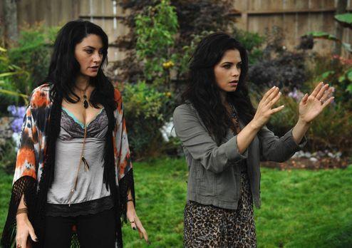 Witches of East End - Wendy (Mädchen Amick, l.) versucht Freya (Jenna Dewan-T...