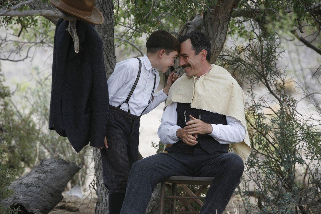 Daniel Plainview (Daniel Day-Lewis, r.) behandelt H.W. (Dillon Freasier, l.) wie seinen eigenen Sohn auch wenn er für ihn oft nur Mittel zum Zweck... - Bildquelle: Buena Vista International