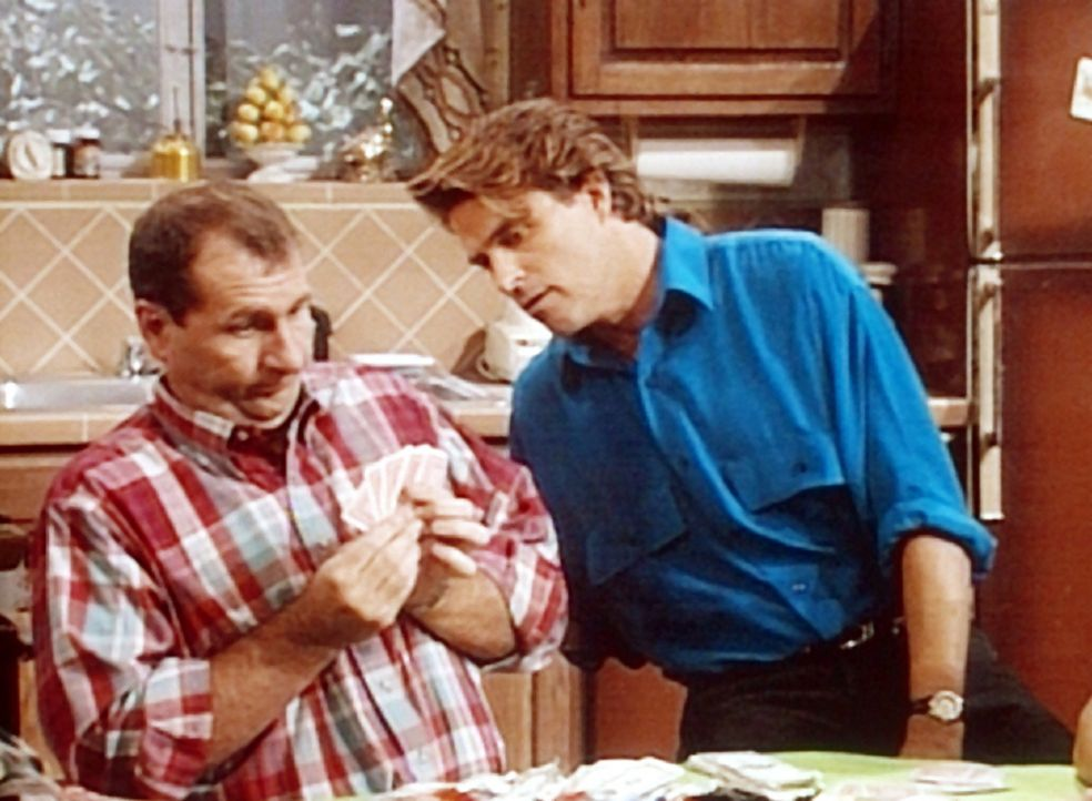 Al (Ed O'Neill, l.) und Jefferson (Ted McGinley, r.) können es kaum glauben: Al hat eine nicht endende Glücksträhne beim Poker. - Bildquelle: Columbia Pictures
