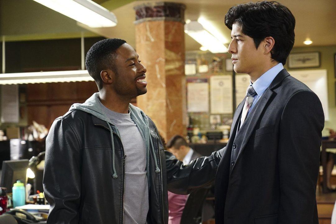 Detective Carter (Justin Hires, l.) und Detective Lee (Jon Foo, r.) sollen zusammenarbeiten, jedoch stehen die beiden aufgrund ihrer verschiedenen A... - Bildquelle: Warner Brothers