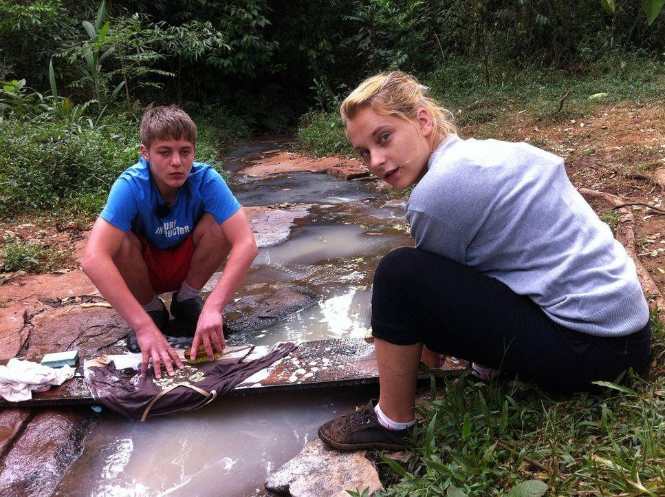 Zuhause macht Mutti die Wäsche - hier im tiefsten Dschungel müssen die verwöhnten Teenager Sina (r.) und Pascale (l.) selbst Handanlegen ... - Bildquelle: kabel eins