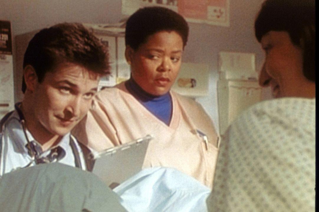 Carter (Noah Wyle, l.) hat gut Schmunzeln. Nur Schwester Haleh (Yvette Freeman, M.) scheint skeptisch zu sein.. - Bildquelle: TM+  WARNER BROS.
