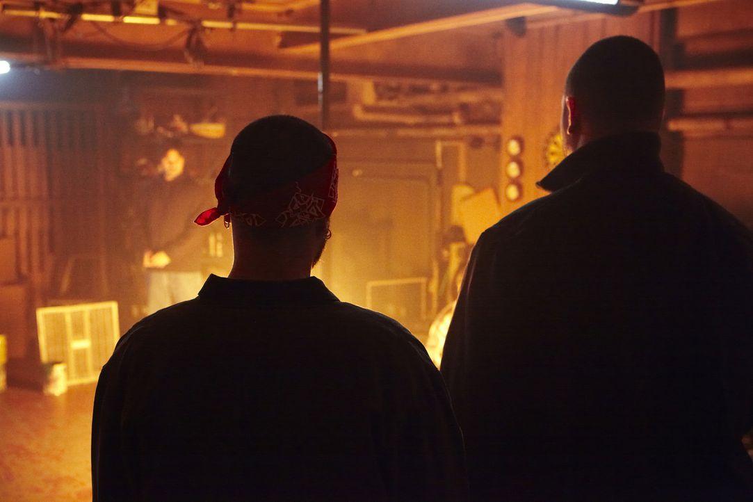 Kim wurde geknebelt, ihre Augen wurden verbunden. Nachdem ihre Entführer Nick (Justin Bigelli, l.) und Jose (Sebastian Cordoba, r.) sie an einen Stu... - Bildquelle: Ian Watson Cineflix 2010